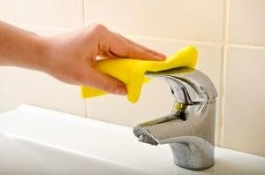 nettoyer les joints d'une salle de bain