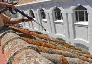 professionnel nettoyant une toiture