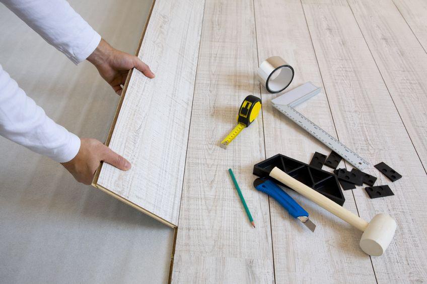 Comment poser du parquet flottant les tapes et conseils for Peinture pour parquet flottant