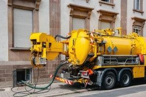 camion réalisant une vidange de fosse septique