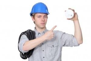 électricien prêt à poser une alarme