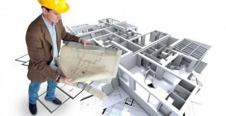 Architecte consultant les plans d'une construction
