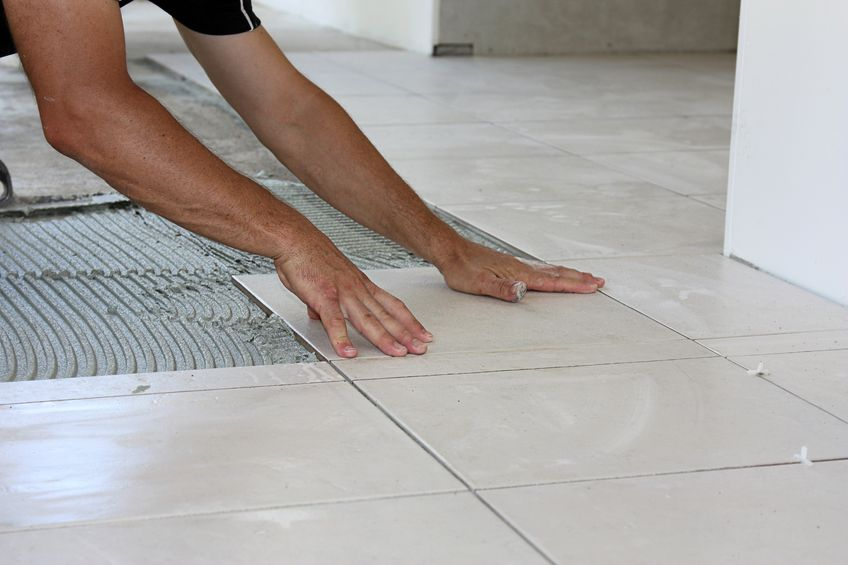 Comment poser du carrelage au sol les tapes et astuces for Pose carrelage diagonale ou droit