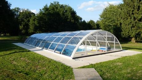 Abris de piscine avantages et inconv nients des for Piscine miroir inconvenient