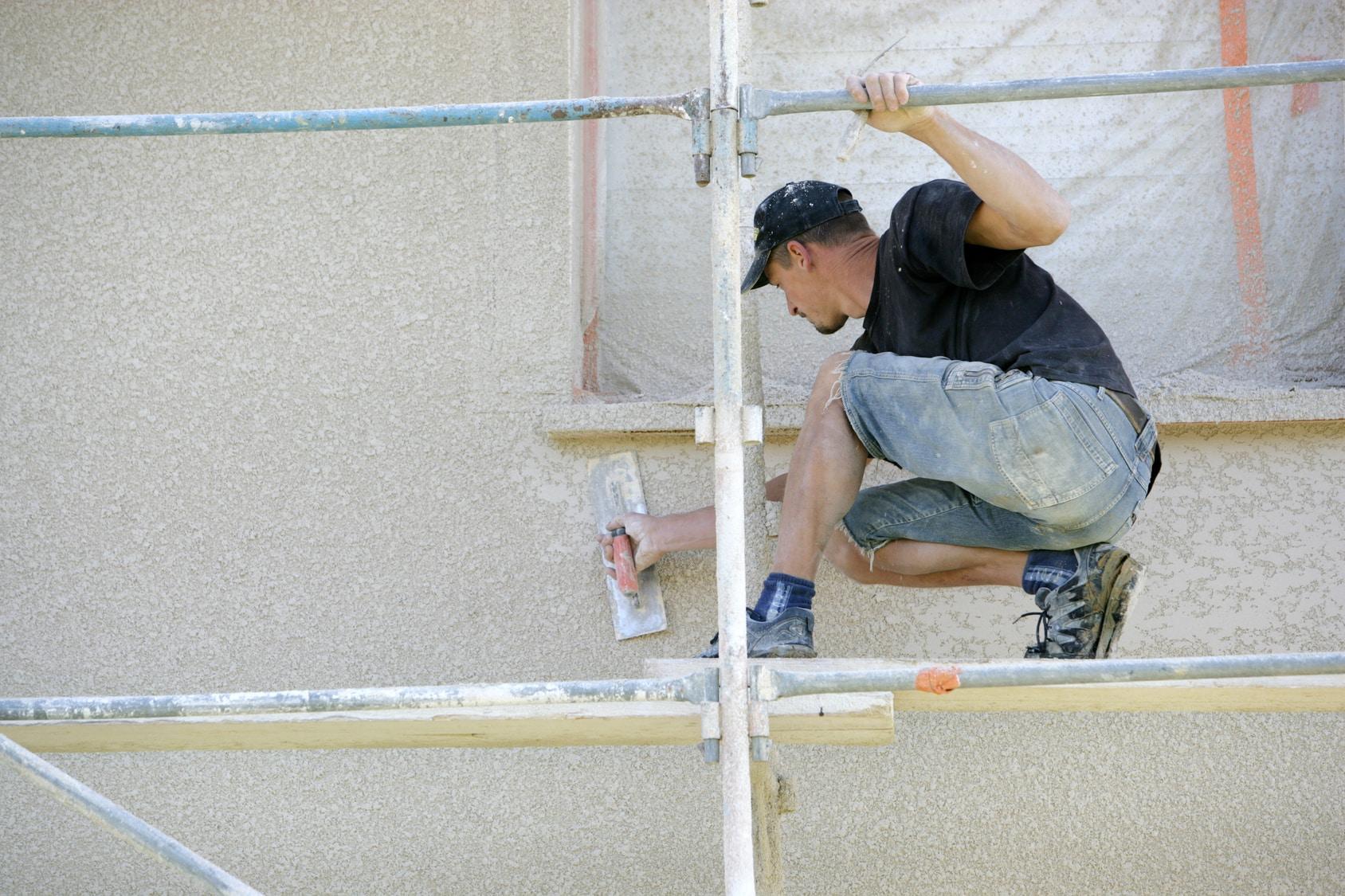 renovationettravaux.fr/wp-content/uploads/2014/11/artisan-réalisant-un-enduit-de-façade.jpg