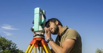 Géomètre réalisant mesures