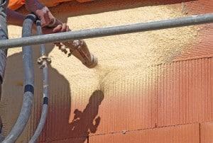 Artisan réalisant étanchéité façade