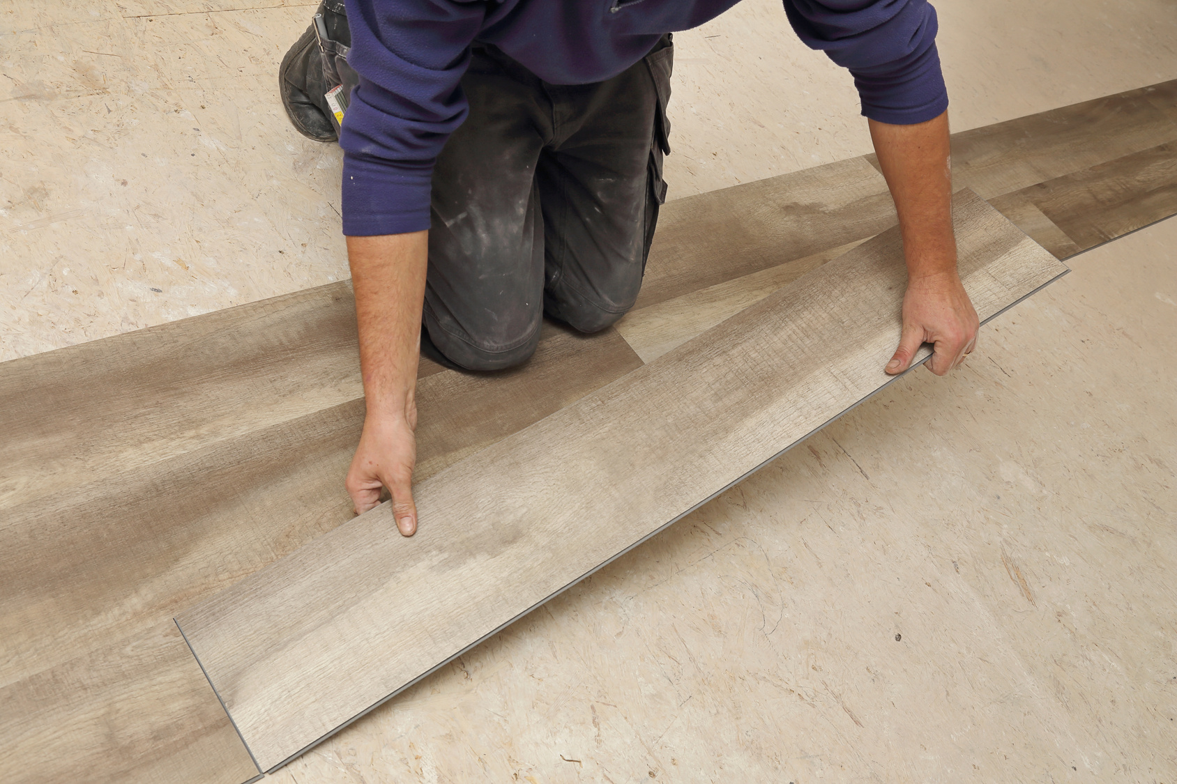 Comment poser un sol vinyle toutes les tapes et astuces for Poser des dalles pvc sur du carrelage