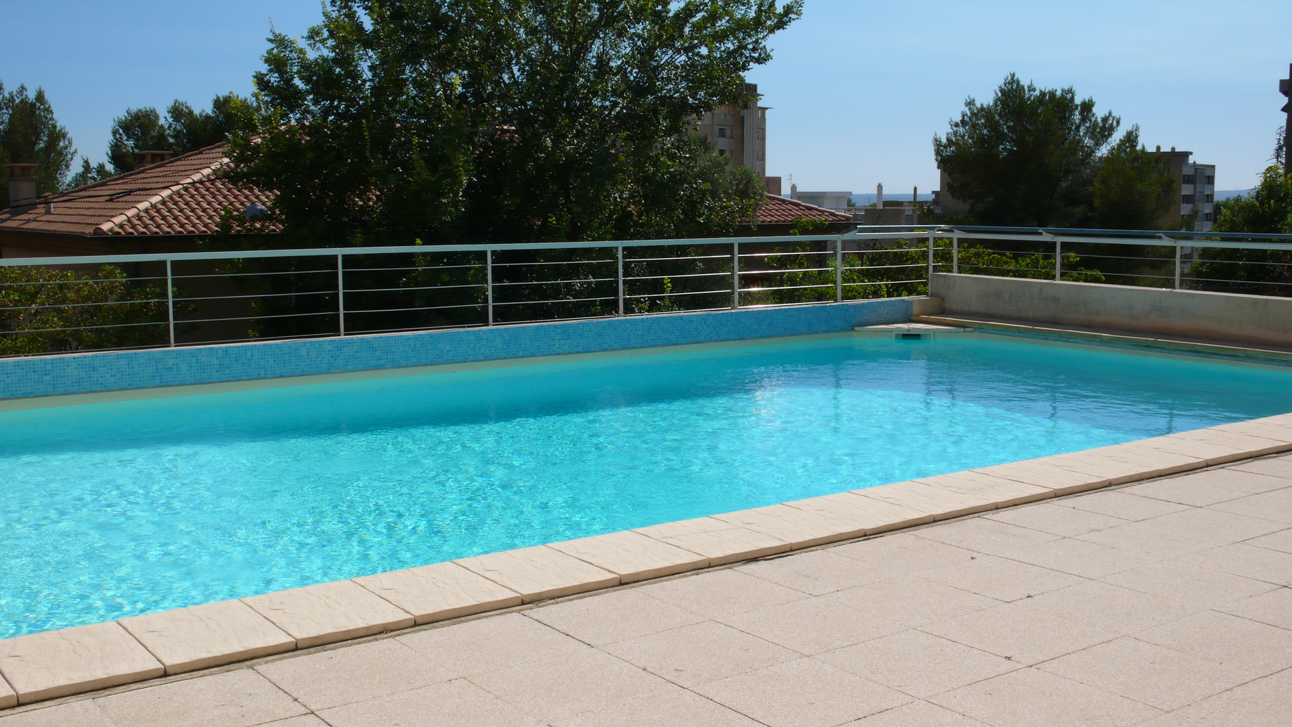 Pose margelle bois piscine maison design for Piscine bois prix