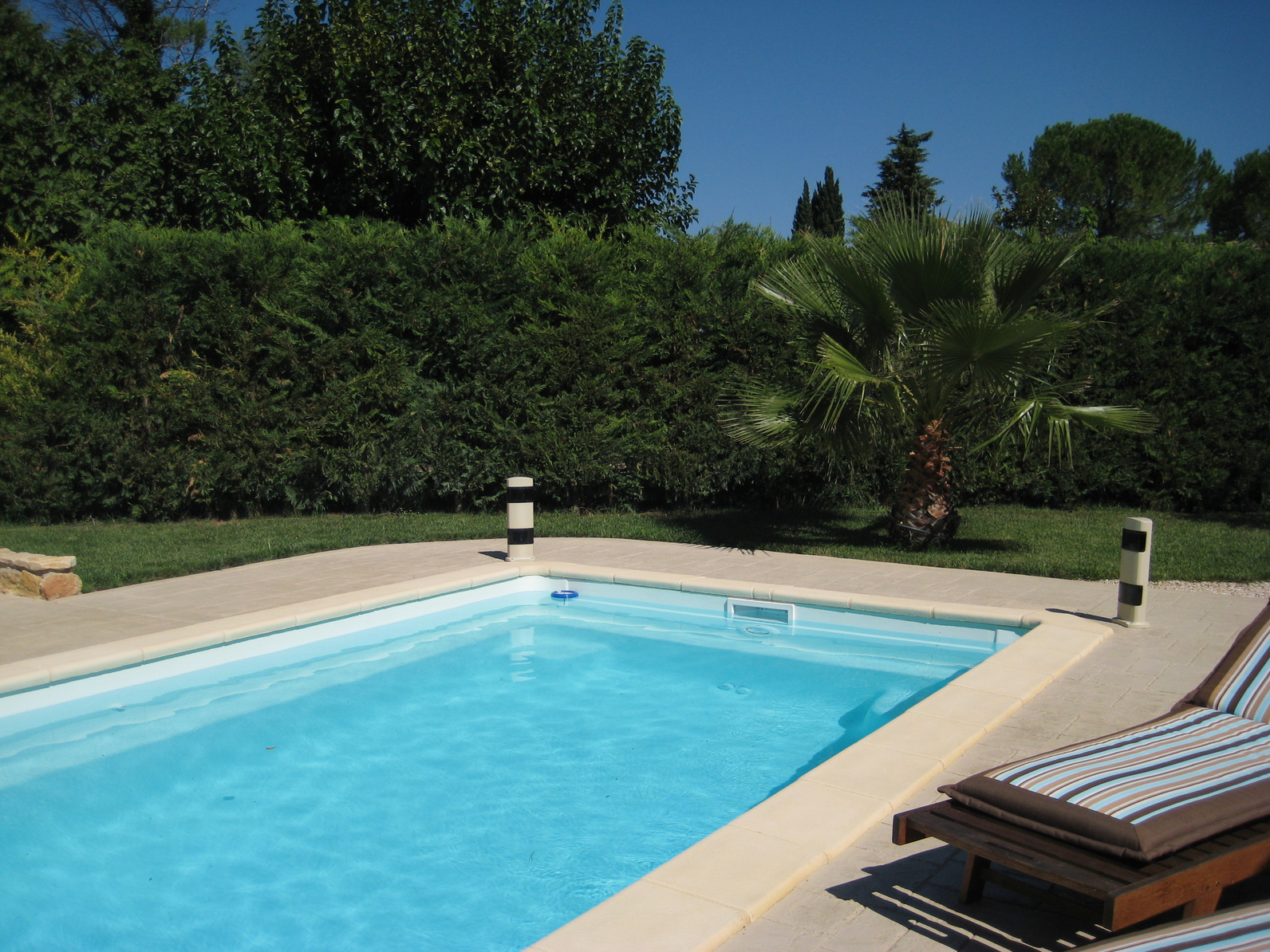 Poser une margelle de piscine for Couleur liner piscine blanc