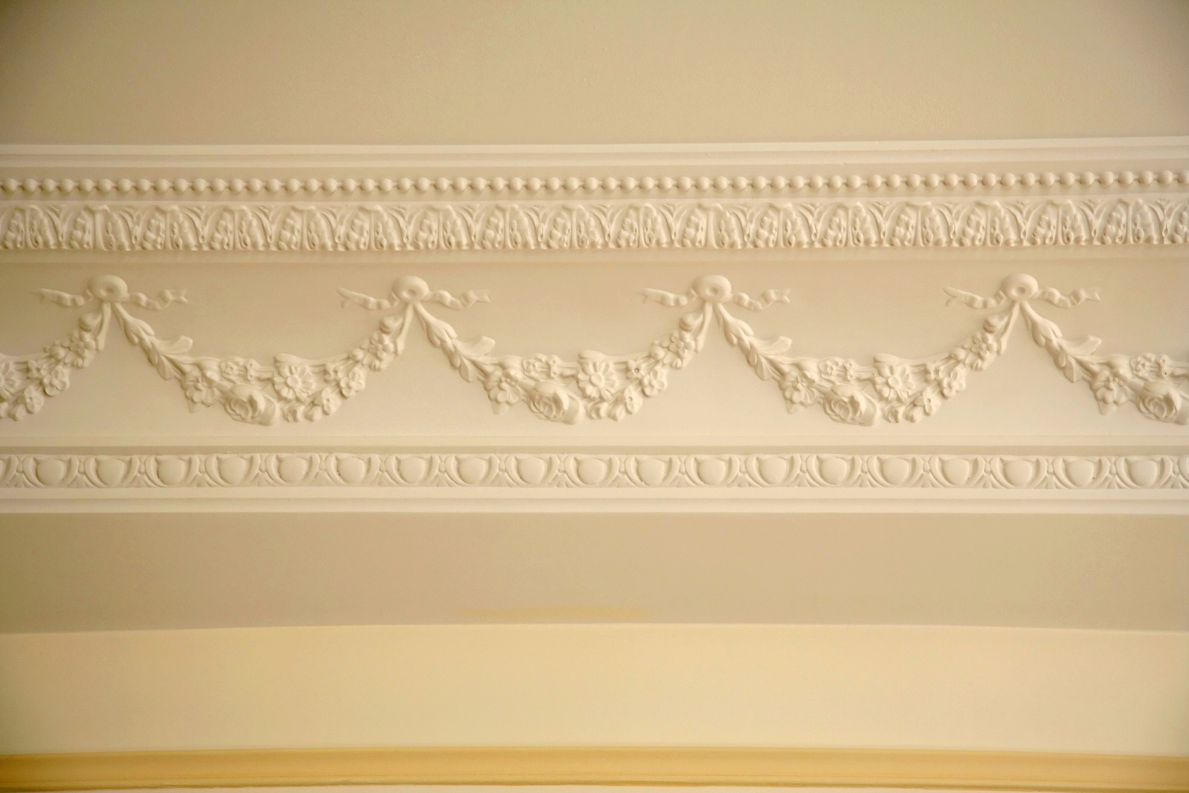 Pose de moulure au plafond for Peinture plafond