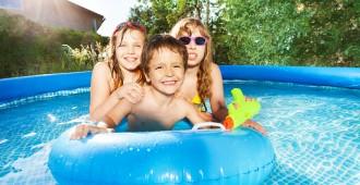 Enfants jouant dans une piscine gonflable.