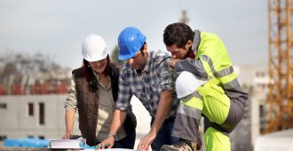 Trois ouvriers du bâtiment sur un chantier