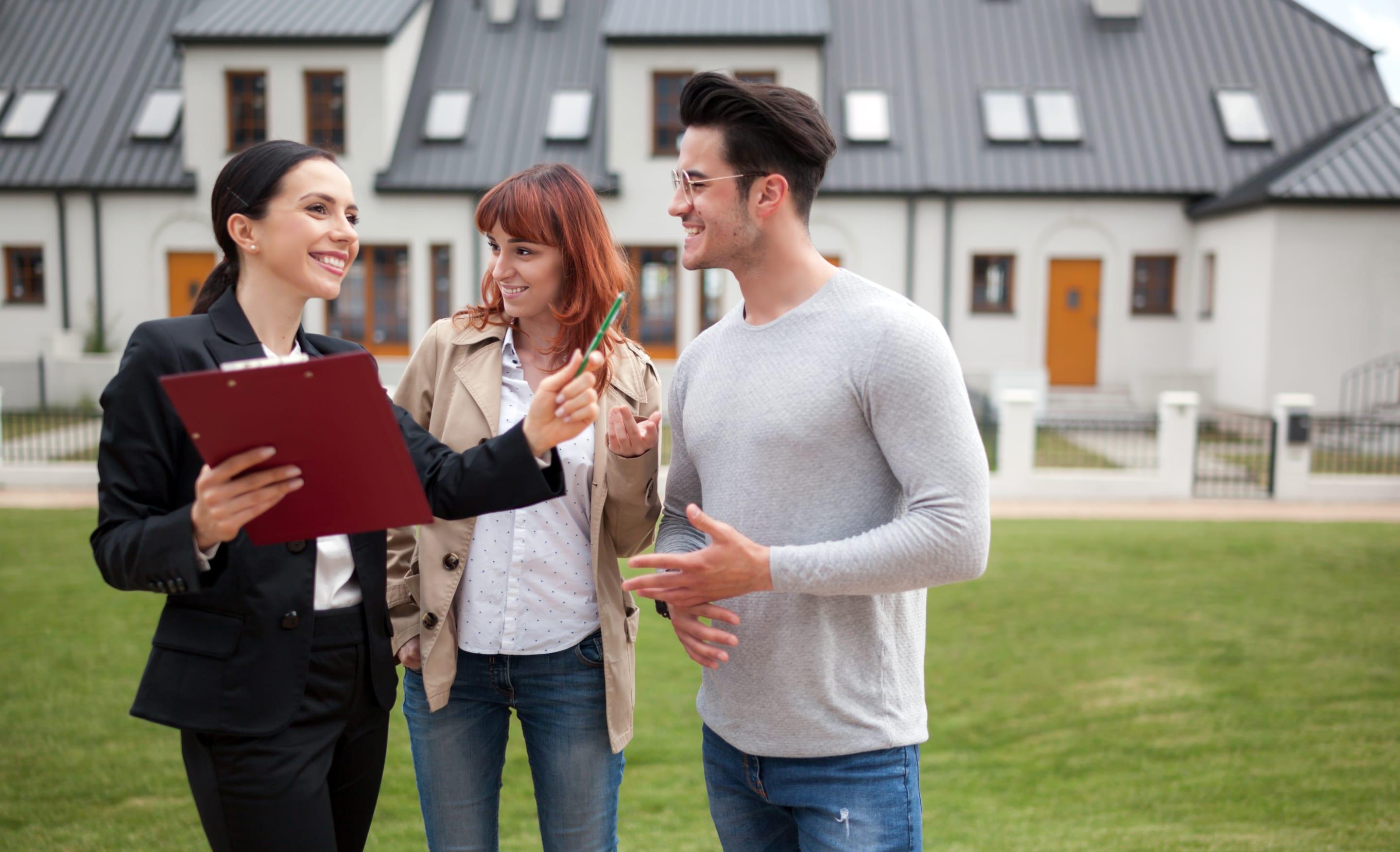 Jeune couple en train de vendre leur maison