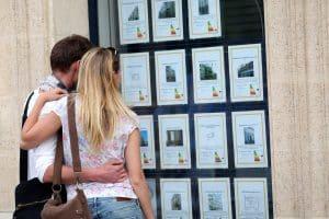 Couple ayant choisi une agence immobilière