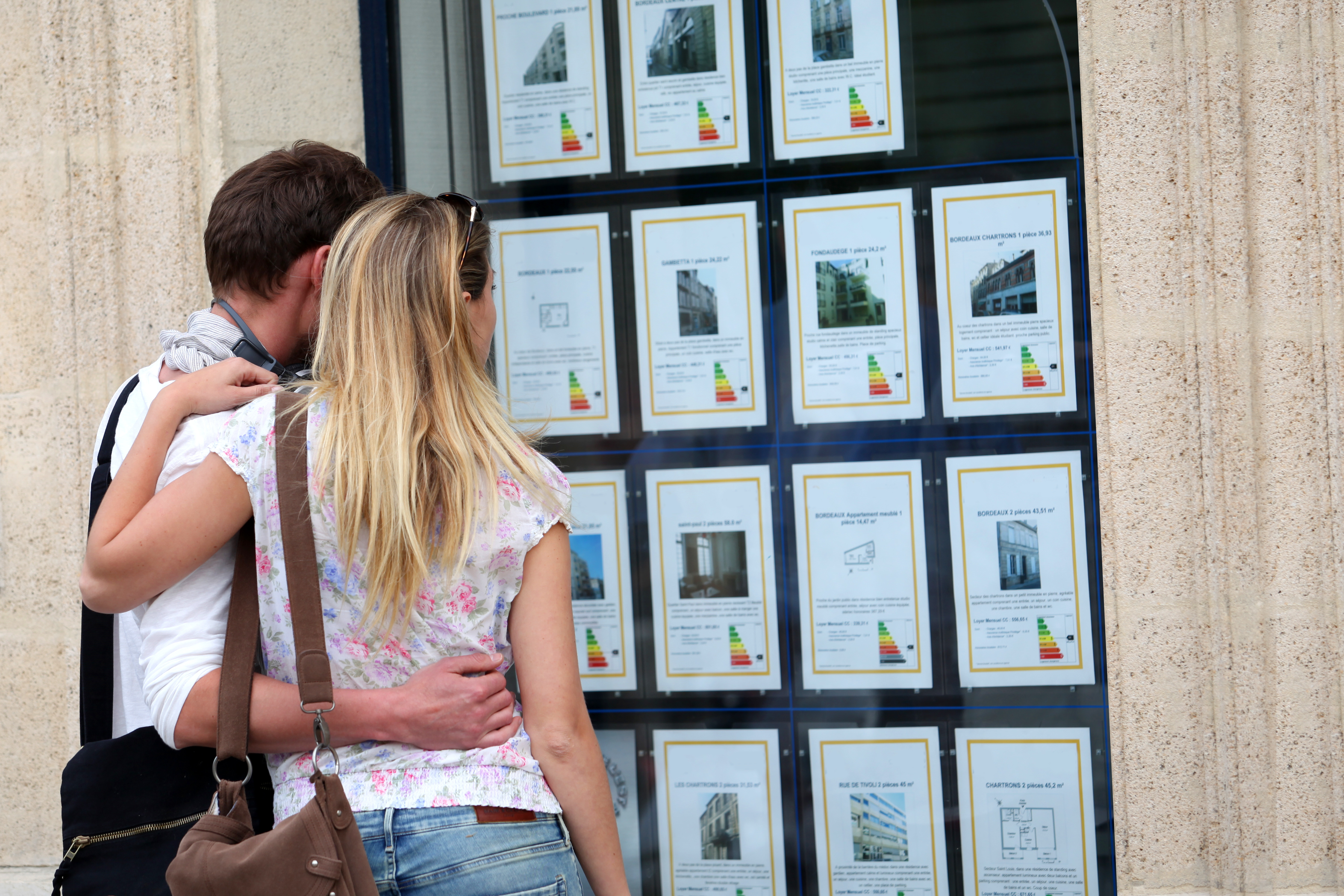 Couple ayant choisi une agence immobilière
