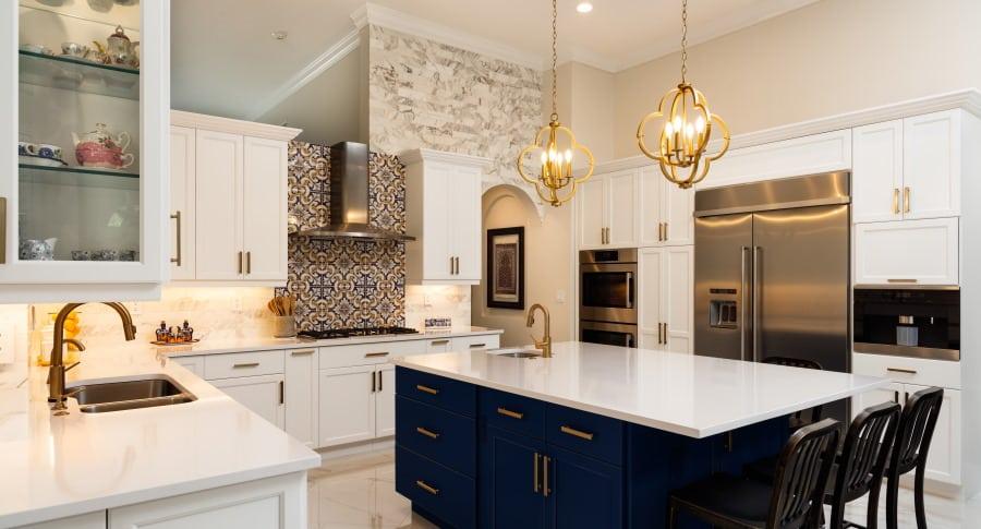 Aménagement de cuisine de standing avec décor en marbre