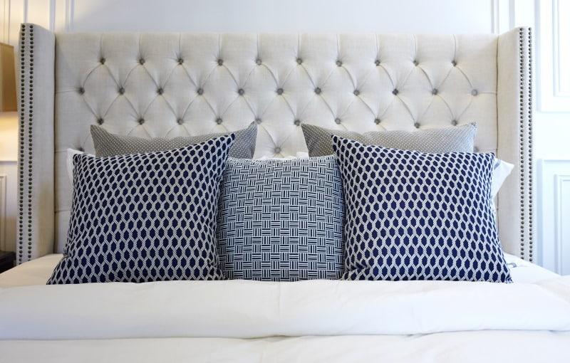 lit cosy avec tête de lit capitonnée blanche