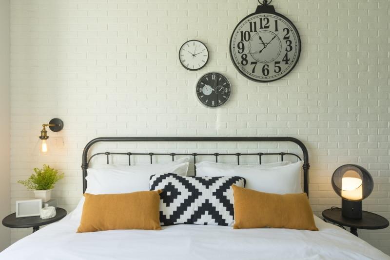 chambre au style industriel avec tête de lit en fer forgé