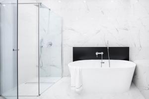 Carrelage en marbre dans une salle de bain moderne