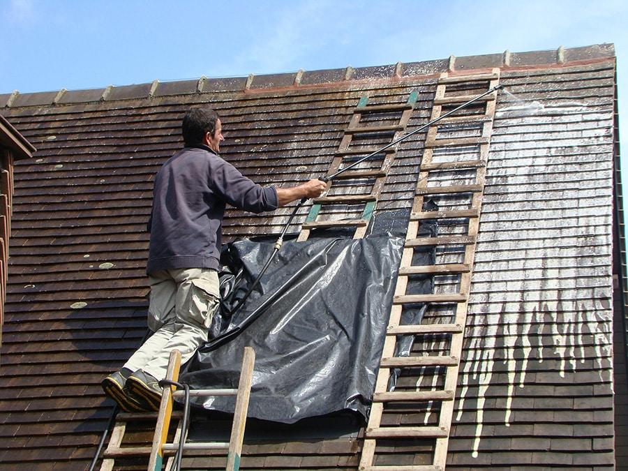 Nettoyage toiture par traitement hydrofuge