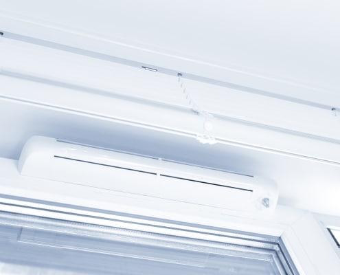 Grille de ventilation sur fenêtre PVC
