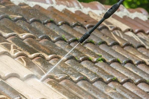 Choisir un produit de nettoyage de toiture