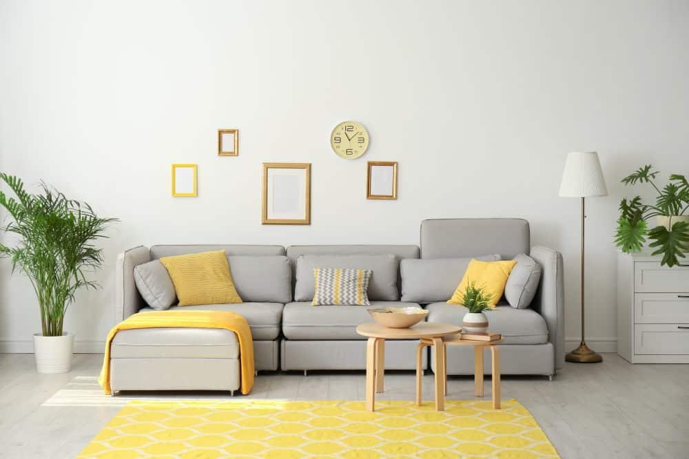 Salon jaune et gris