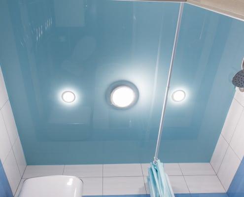 Conseils pour changer une ampoule spot encastrable dans la salle de bain