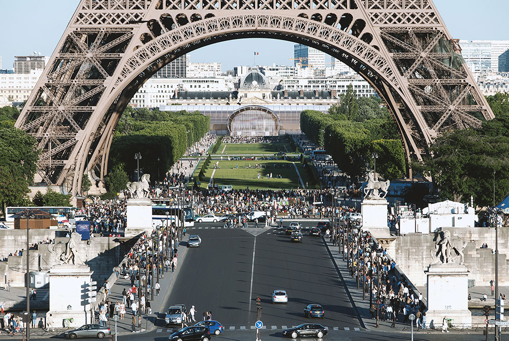 Vue du Grand Palais Ephémère derrière la Tour Eiffel