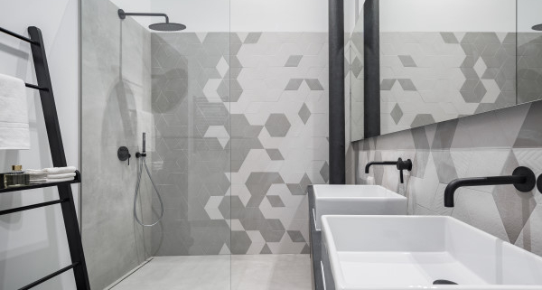 Conseils d'aménagement d'une salle de bain tout en longueur