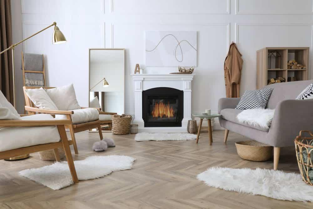 Salon nordique avec cheminée
