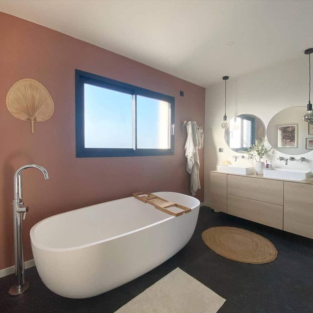 Salle de bain dans la maison cubique
