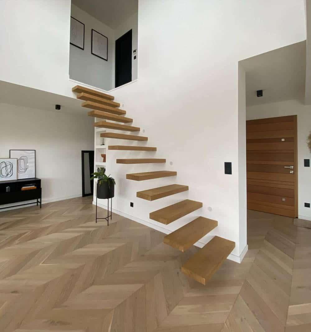 Escalier flottant dans la maison cubique