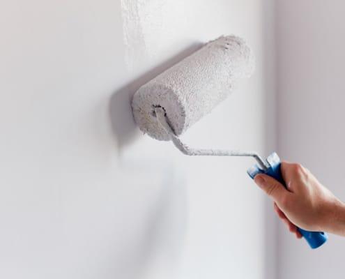 Peindre des murs d'intérieur d'une maison